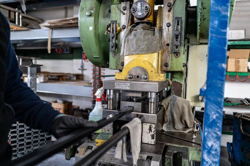 momento della lavorazione di un profilato in ferro